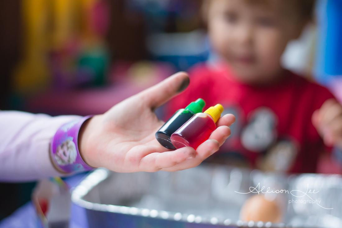 Children dyeing easter eggs